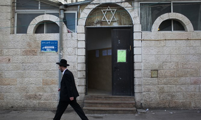 Jew walks next to synagogue (illustration)