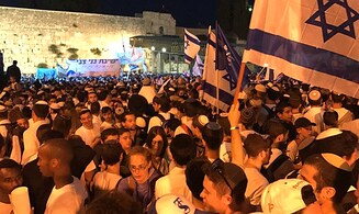 Tens of thousands celebrate Jerusalem Day at Western Wall