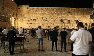 At the Western Wall, 2,000 people pray - in capsules of 30