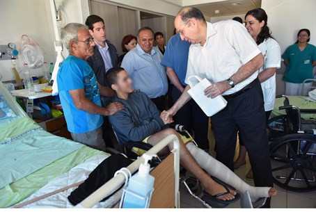 Ya'alon visits wounded soldiers at Levinstein