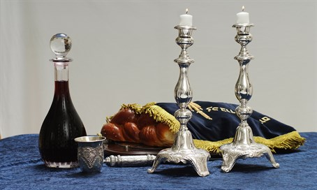 A Shabbat table (illustration)