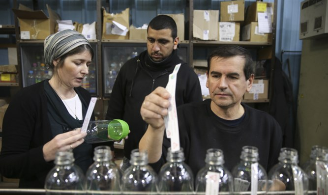 Jewish, Arab workers in Sodastream factory