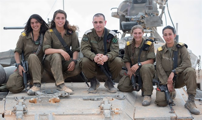 4 trained female tank commanders